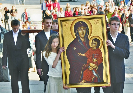 00-polish-kids-with-icon-of-salus-populi-romani-in-jarosc582aw